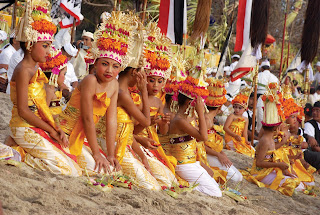 bali hindhus melasti beach ceremony