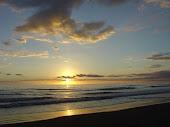 y caminar cerca del mar amarradita siempre a tu cintura...♥