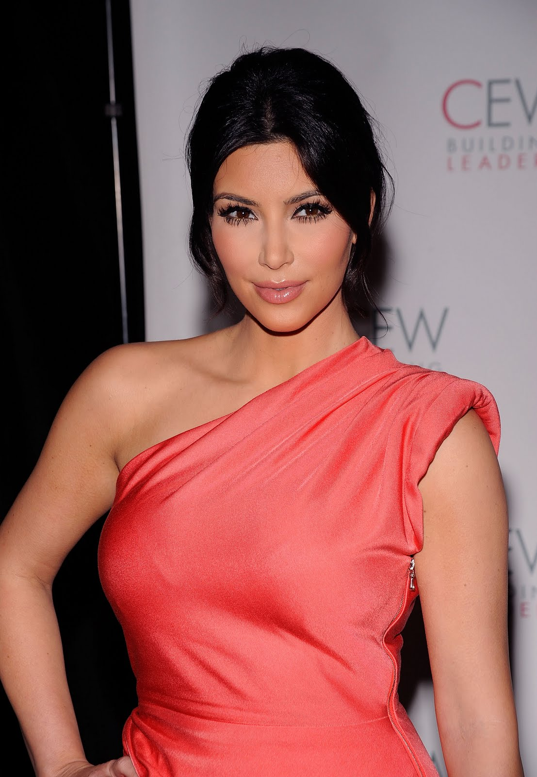 http://1.bp.blogspot.com/_H_IEA-URpJw/S_dG1EXT9oI/AAAAAAAAPo0/1RRvOR2Rikg/s1600/_KimKardashian_2010CosmeticExecutiveWomenBeautyAwards__Kim-Kardashian_2010-Cosmetic-Executive-Women-Beauty-Awards_3.jpg