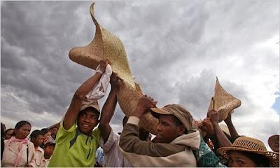 馬達加斯加 翻屍節 - 馬達加斯加島的翻屍節 famadihana