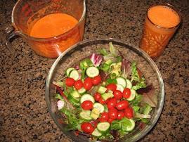 Juisi ya karoti ikiwa kwenye glasi tayari kwa kutumiwa sambamba na vegetable salad