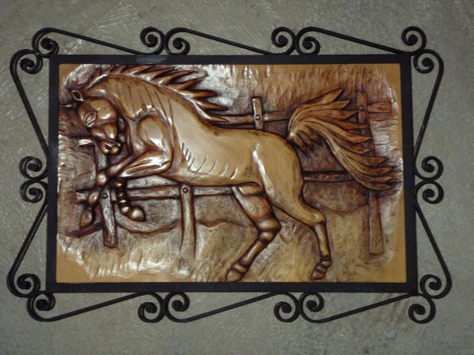 Caballo tallado y enmarcado en hierro forjado