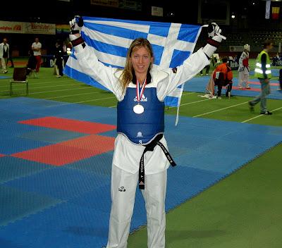Η Γραμματικούλα με το μετάλλιο και την ελληνική σημαία - Φωτογραφία