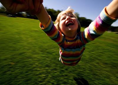 Φωτογραφία επί του θέματος: Παιδί χαρούμενο παίζει με φόντο το πράσινο