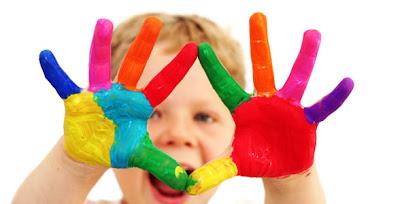 Φωτογραφία επί του θέματος: Παιδί μας δείχνει τις βαμμένες με μπογιές ζωγραφικής παλάμες του