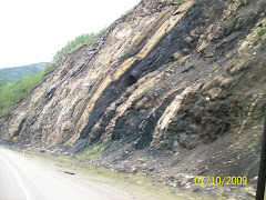 The rocks on the edge of the road contained a lot of coal