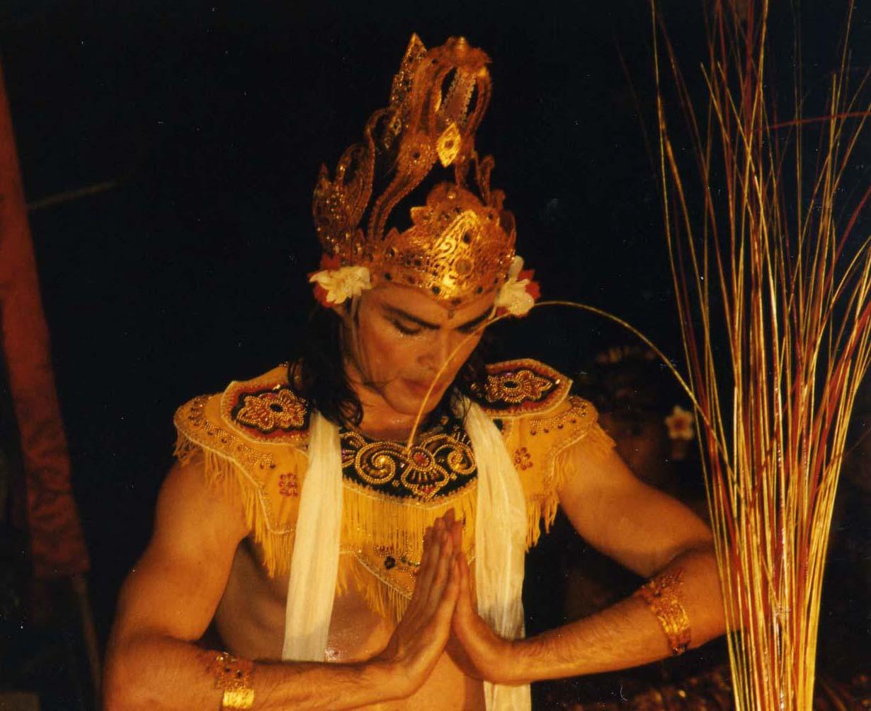 http://1.bp.blogspot.com/_HjY60hwU214/TFCXr6JfJ8I/AAAAAAAAB2E/qsy2cOXcYqQ/s1600/Bali-News-Carlos_as_Rama_in_Rama_s_Meditatin_from_Ramayana_Bali_Tour_2000.jpg