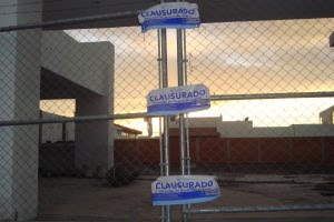 OBRAS CLAUSURADAS EN JURIQUILLA-CAÑADA
