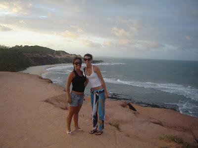 Taíssa em Pipa usando calça de malha estampada
