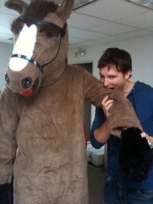 http://1.bp.blogspot.com/_HnMUtUo_gTg/Sxy9f1VngyI/AAAAAAAAAJs/OdC9OqZjr8A/s400/peter-facinelli-horse_a.jpg