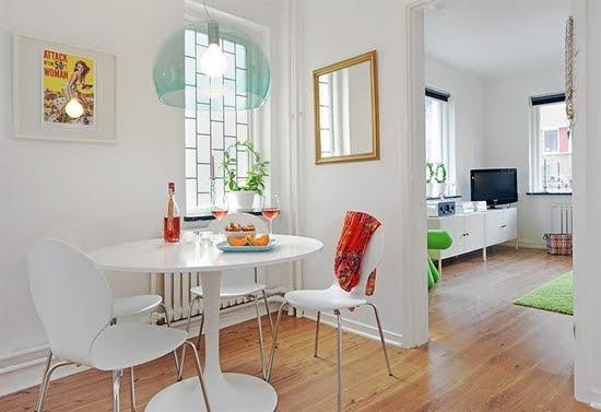 decoracao cozinha flat:Espelho voltado pra janela amplia o ambiente. E uma mesa do tamanho