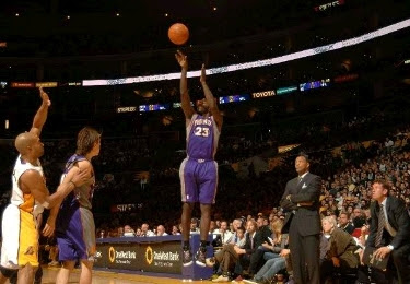 Jason Richardson shoots 1 of the 22 3-pointers made by the Phoenix Suns to beat LA Lakers on the road