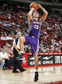 Steve Nash takes a shot, help Phoenix Suns defeat Houston Rockets