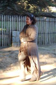 Gina camina por Isla Negra