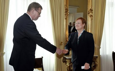 Matti Vanhanen, left, tenders his resignation to President Tarja Halonen (Source: AP)