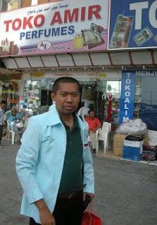 Di Depan Toko Amir Parfum