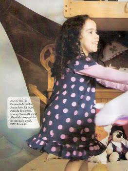 Alice modelando em revista com a marca