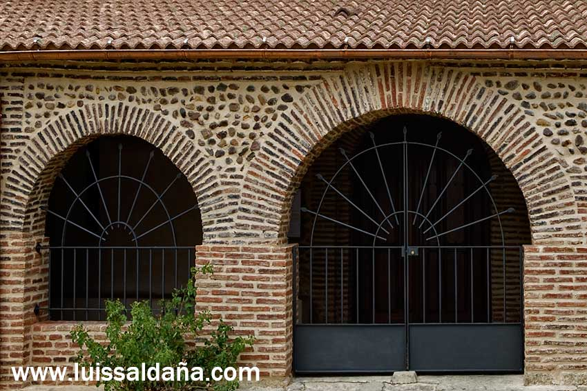 Luis Saldaa la ventana con arco estudiando para puerta con arco