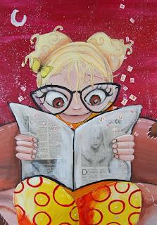 une petite fille qui lit son journal elle a des grosses lunettes et les lettres s'envolent, elle est assise sur un canapé. on voit la lune, cette illustration jeunesse a été réalisé par l'illustratrice laure phelipon