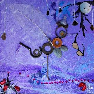 Une vis un clou, une plume, des joins, des matériaux recyclés et collés sur de l'isorel pour créer une illustration poétique d'un oiseau au clair de lune par l'illustratrice laure phelipon