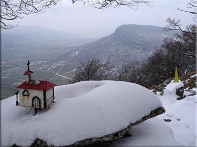 Buzones en la cima de Murube, al fondo Ilarratxa