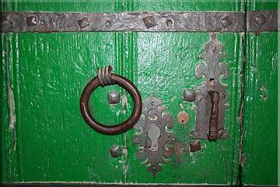 Detalle de la puerta de la Iglesia románica de Alaiza