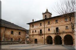 En la plaza se encuentra la iglesia parroquial de la Asunción de Nuestra Señora