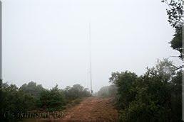 Alargada antena en la cima del cerro