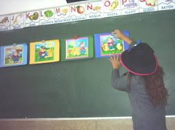 La profesora muestra las imágenes del cuento