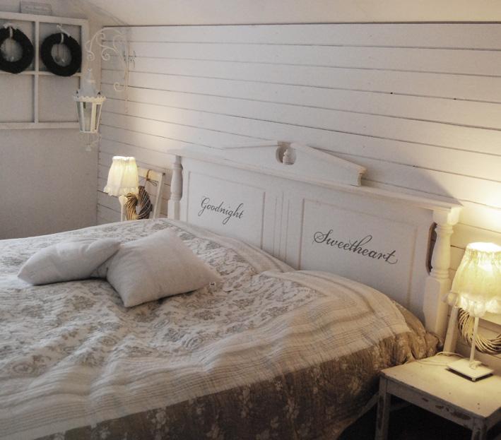 Ljusa rum i dalarna En sänggavel, en växasäng och en kista