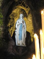Visite y ore ante la Virgen en la Gruta de Lourdes, Francia: