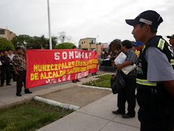 MUNICIPALES EN LAS CALLES DEFIENDEN SUS DERECHOS