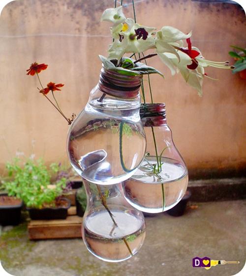 decoracao em lampadas:Super criativo esse vasinho de plantas com lampadas. Uma coisa sem