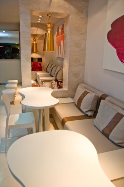 Tonalidades neutras y metálicas en el mobiliario y los accesorios
