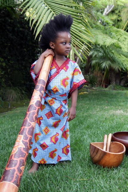 little girl in african-print dress-petite fille en pagne africain