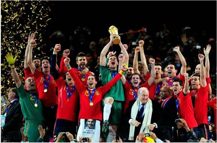 Repaso monumental de Argentina Iker+Casillas+de+Espa%C3%B1a+celebra+el+levantamiento+de+la+Copa+del+Mundo