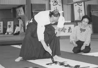Seiseki Abe Sensei practicando Shodo