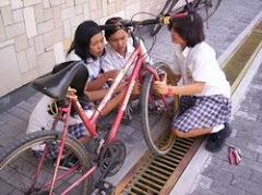 Foto kenangan - Usaha perbaiki sepeda