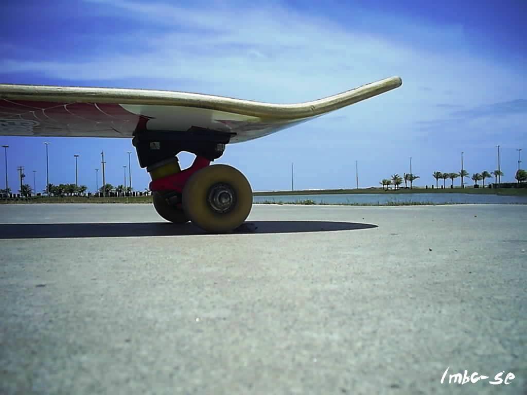 Um Dia De Sol Tres Skatistas Ir A Praia Ou Andar De Skate Porque Nao
