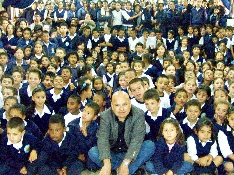 [Luis+Arias+Manzo+con+niños+colombianos.jpg]