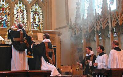 Elevación del cáliz en la Misa, Dorchester Abbey, el P. Lawrence © OP