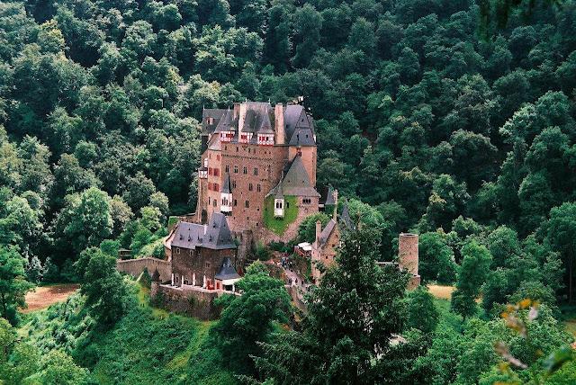 Burg Eltz não parece ter sido obra de homens, mas de fadas. Mas é muito real
