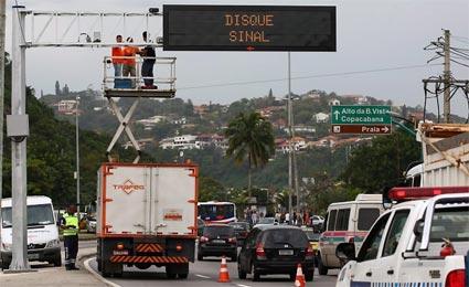 Prefeitura do Rio vai divulgar informações sobre lixo em painéis de tráfego