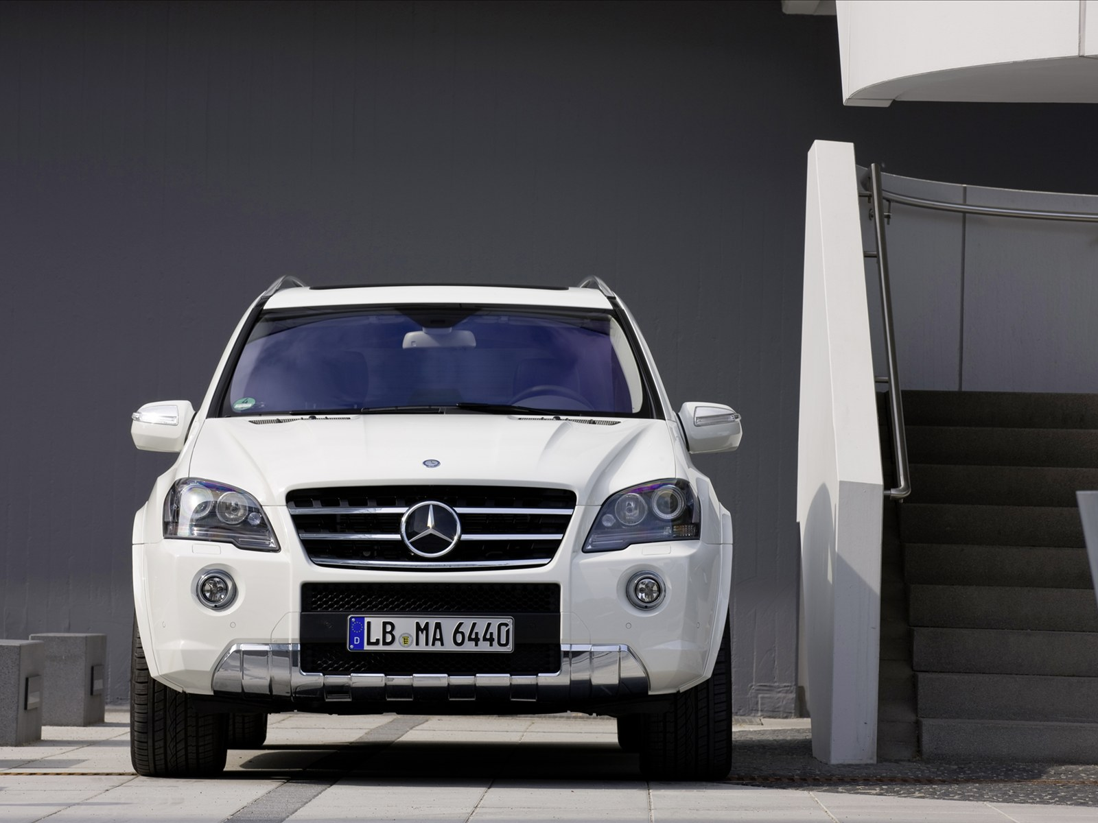 http://1.bp.blogspot.com/_J3_liDBfbvs/TCSqQS0p7gI/AAAAAAAAuqQ/X1W-QOWVH-4/s1600/2011-Mercedes-Benz-ML-63-AMG-Front-View.jpg