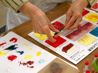 絵具を歯ブラシにつけて「スパッタリング」技法を伝授