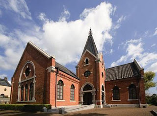神戸文学館は、関西学院のチャペルとして建てられた赤レンガ造りの由緒ある建築物