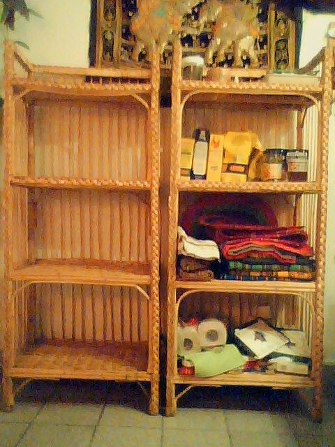 Se vende x viaje dos muebles de mimbre con estantes para m ltiples usos libros cocina ropa etc - Muebles con cajones de mimbre ...