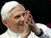 Il Papa consegna agli .