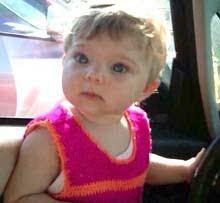 Mi nieta con el vestido fucsia y anaranjado