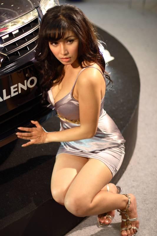 Ngintip foto seksi cantik SPG mobil mahal eksklusif terbaru.